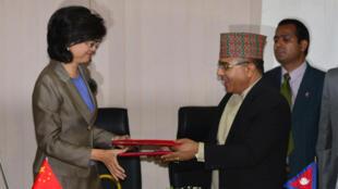 Le secrétaire népalais chargé des affaires étrangères Das Bairagi (à droite) et l'ambassadrice de la chine au Népal Yu Hong, lors de la cérémonie de signature de l'accord sur la nouvelle «route de la soie», à Katmandou, le 12 mai 2017.