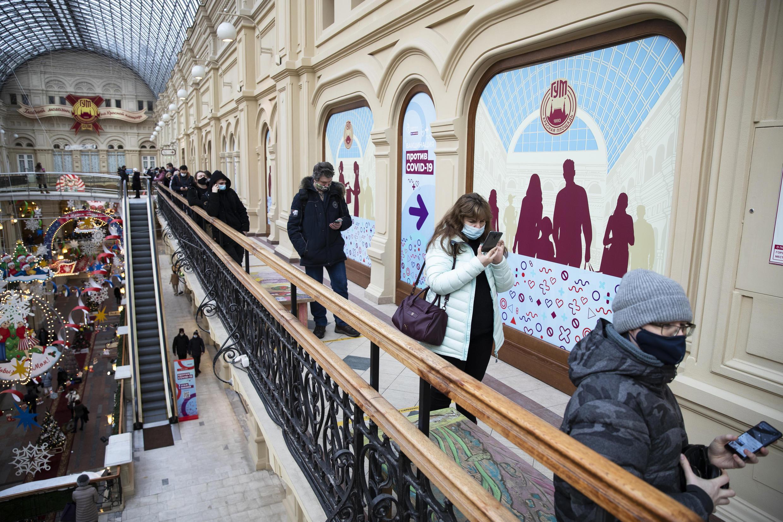 Apesar dos numerosos centros de vacinação em Moscou, como no centro comercial Gum, a população ainda está reticente quanto a tomar o imunizante russo.