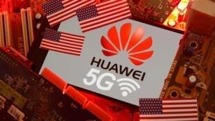 គ្រឿងផ្សំបច្ចេកវិទ្យាអេឡិចត្រូនិករបស់ក្រុមហ៊ុន Huawei និងផ្លាកសញ្ញា 5G អមដោយទង់ជាតិអាមេរិក។