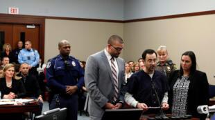 El ex médico del equipo nacional de gimnasia de Estados Unidos, Larry Nassar, habla en la corte que lo sentenció a 40 años de prisión, el 24 de enero de 2018.