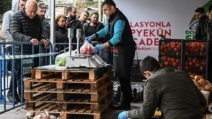 Vente de fruits et légumes sous une tente installée par les employés de la ville d'Istanbul, le 12 février 2019.