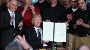 دونالد ترامپ، رییسجمهوری ایالات متحده آمریکا، با امضا یک فرمان اجرایی، بخشهایی از برنامههای دولت باراک اوباما برای مبارزه با تغییرات آب و هوایی را لغو کرد.