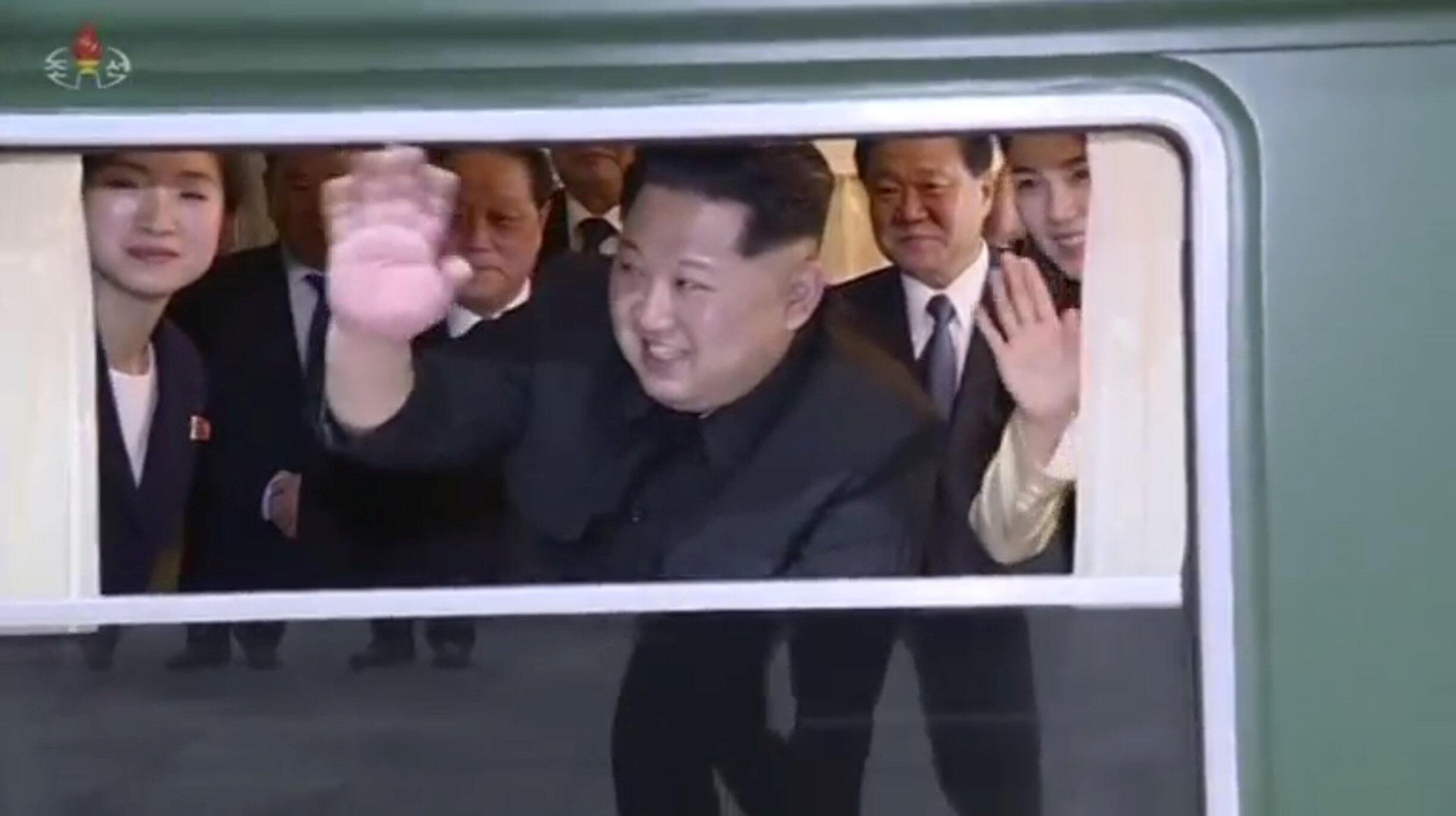 Lãnh đạo Bắc Triều Tiên Kim Jong Un vẫy tay chào khi tàu rời nhà ga Trung Quốc Đan Đông (Dandong). Ảnh do KRT công bố ngày 29/03/2018