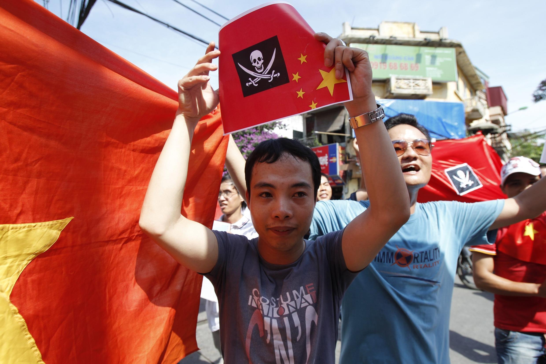 Trên 300 người biểu tình trước đại sứ quán Trung Quốc tại Hà Nội ngày 05/06/2011 phản đối việc tàu hải giám Trung Quốc cắt cáp tàu khảo sát Bình Minh 02 của Việt Nam, trong lúc đang hoạt động tại vùng đặc quyền kinh tế của Việt Nam trên Biển Đông.