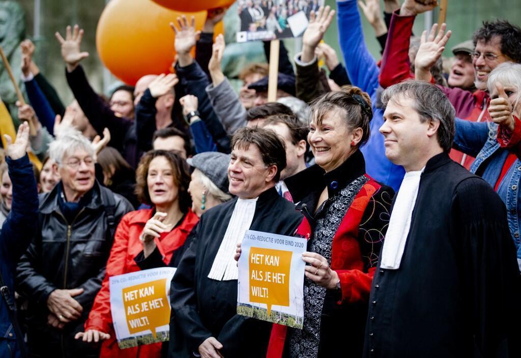 Các luật sư cùng người lãnh đạo tổ chức Urgenda tại Tòa án Tối cao Hà Lan, ngày 20/12/2020.