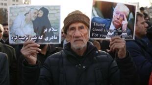 ادای احترام به قاسم سلیمانی در مراسم تشییع جنازه وی در مشهد. یکشنبه ١۵ دی/ ۵ ژانویه ٢٠٢٠