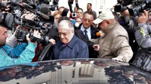 L'ancien président roumain Ion Iliescu a refusé de répondre aux questions des journalistes l'attendant à la sortie du palais de justice.