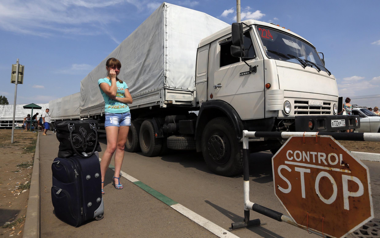 Caminhões com ajuda humanitária russa entraram em território ucraniano na manhã desta sexta-feira (22).