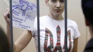 Nữ phi công Ukraina Nadia Savchenko trong phòng giam tại Nga.