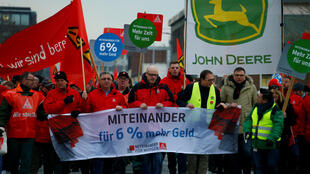 En Allemagne, manifestation, le 9 janvier 2018 à Mannheim, des employés du secteur de la métallurgie à l'initiative du puissant syndicat IG pour réclamer une hausse des salaires de 6%.
