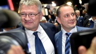 Jörg Meuthen (g) et Tino Chrupalla, les deux nouveaux co-présidents de l'AfD. A Brunswick, le 30 novembre 2019.