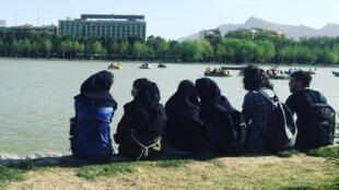 Uso do véu é obrigatório no Irã para todas as mulheres, inclusive visitantes estrangeiras.
