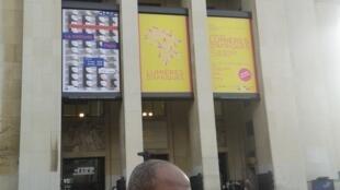 Nú Barreto em frente ao Palácio de Chaillot, onde está exposta uma das suas obras