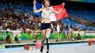 Marie-Amélie Le Fur fête sa victoire au 400 mètres, le 12 septembre 2016 à Rio.