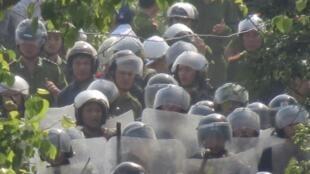 Hàng ngàn cảnh sát cơ động triển khai tại huyện Văn Giang, tỉnh Hưng Yên gần Hà Nội để cưỡng chế đất của nông dân.