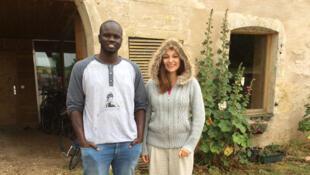 Pia, 15 ans, a mobilisé son village pour accueillir des réfugiés. Elle parraine Altom, jeune Soudanais de 24 ans.