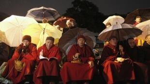 Các nhà sư người Tây Tạng ở Đài Loan cầu nguyện cho Tây Tạng, ngày 08/02/2012.