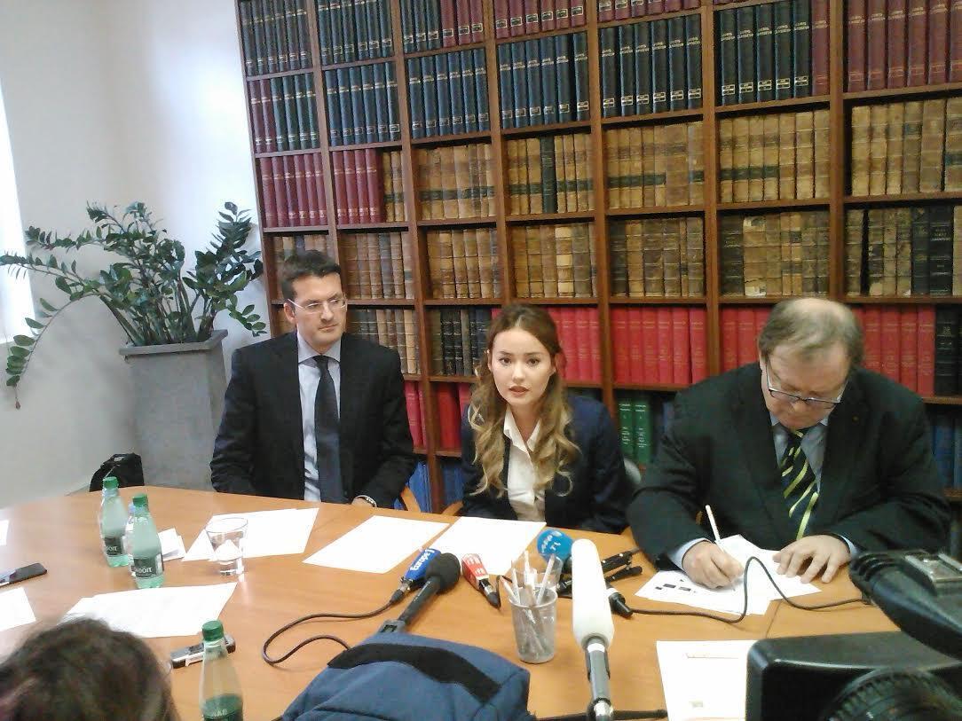 Слева направо: адвокат Мухтара Аблязова Питер Салас, дочь Мухтара Аблязова Мадина и еще один его адвокат Жан-Пьер Миньяр, Париж, 12 октября 2015 г.
