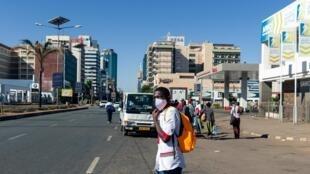 Un Zimbabwéen portant un masque de protection dans le centre ville d'Harare le 2 juin 2020.