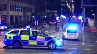 Des véhicules de police bloquent le London Bridge, dans le centre de la capitale britannique, le 3 juin 2017.