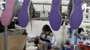 Женщина работает на заводе по производству обуви недалеко от Ханоя, Вьетнам, 22 февраля 2013 г.