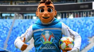 Skillzy, la mascota oficial de la Eurocopa 2020, durante una presentación del torneo el 27 de marzo de 2019 en el estadio de San Petersburgo