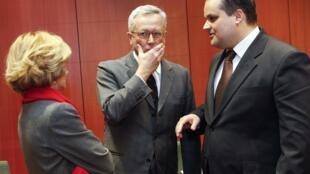Le ministre italien des Finances Giulio Tremonti (au centre), avec ses homologues espagnols (à gauche) et néerlandais (à droite).