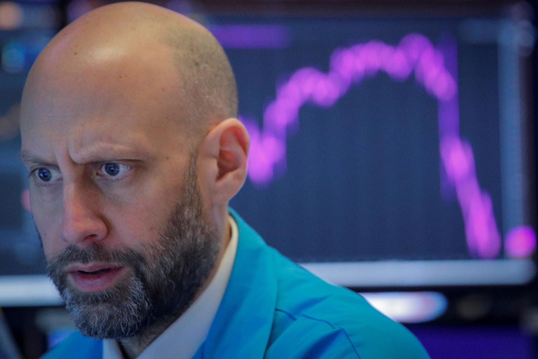 Một nhân viên trên sàn chứng khoán New York (NYSE), Hoa Kỳ, ngày 27/02/2020