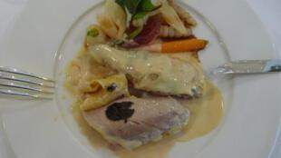 Volaille de Bresse demi-deuil et ses petits légumes et cerises au vinaigre.