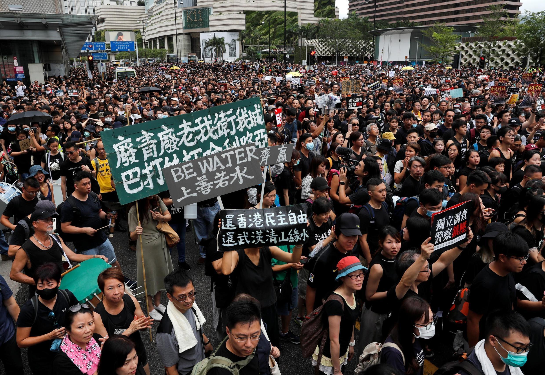 Manifestantes contra o projeto de lei de extradição indo em direção a Estação ferroviária de West Kowloon Express em  Tsim Sha Tsui, Hong Kong, China. 07/ 07/ 2019.
