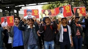 Hình các nạn nhân vụ khủng bố ngày 10/10/15 được giương cao trong buổi biểu tình chống chính phủ Thổ Nhĩ Kỳ, ngày 11/10/2015.