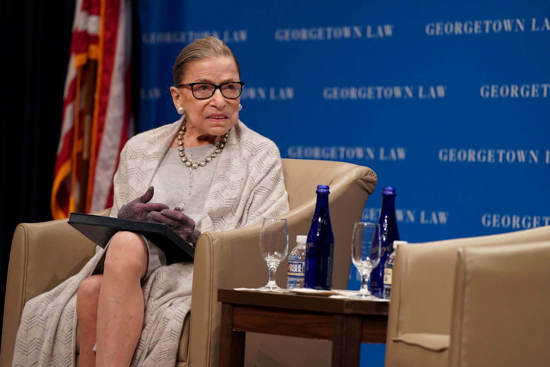 La juge de la Cour suprême des États-Unis, Ruth Bader Ginsburg, participe à une discussion organisée par le Georgetown University Law Center à Washington, D.C., États-Unis, le 12 septembre 2019.