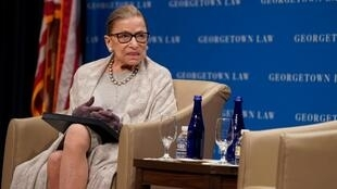 La juge de la Cour suprême des États-Unis, Ruth Bader Ginsburg, participant à une discussion organisée par le Georgetown University Law Center à Washington, le 12 septembre 2019.