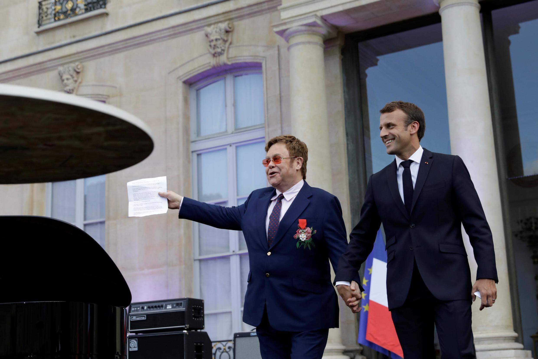 Эмманюэль Макрон и Элтон Джон во дворе Елисейского дворца 21 июня 2019