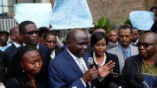 Le président de l'IEBC s'est exprimé face à la presse lors d'une manifestation de la société civile après la mort de Chris Msando, le 1er août.