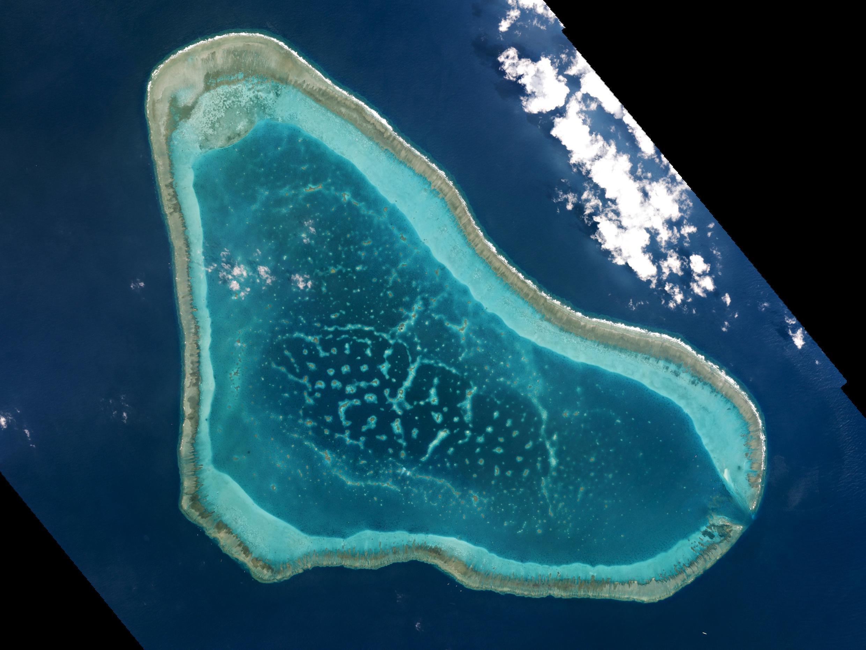 Ảnh vệ tinh ngày 12/03/2016 cho thấy tàu bè Trung Quốc hoạt động tấp nập tại bãi cạn Scarborough.