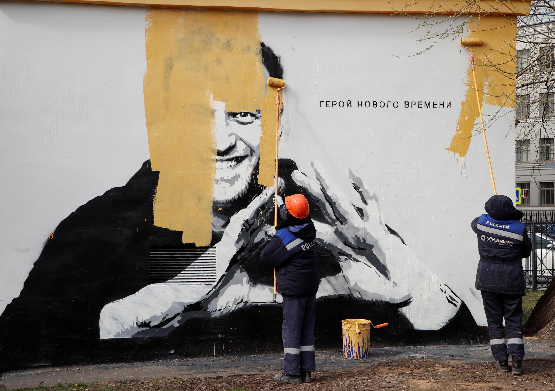 В 10 утра приехали сотрудники «Россетей» и закрасили граффити желтой краской.