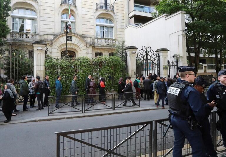 صف رآیدهندگان ایرانی مقیم فرانسه در مقابل سفارت ایران در محله شانزدهم پاریس. ۲۹ اردیبهشت/ ١٩مه ٢٠۱٧