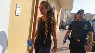 Carola Rackete, la capitaine du «Sea Watch III», arrive au bureau de la police de Lampedusa avant d'être entendue par les forces de l'ordre, le 29 juin 2019.