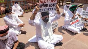 Des syndicalistes étudiants et des membres du parlement portent des pancartes pour protester contre la tenue des examens en pleine pandémie de Covid-19, à Amritsar le 29 août 2020.