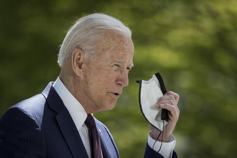 法廣存檔圖片:美國總統拜登 2021年4月27日周二 新聞發布會 攝於白宮 Image d'archive RFI : Le président américain Joe Biden enlève son masque avant une conférence de presse à la Maison Blanche, le 27 avril 2021.