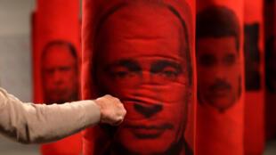 """Инсталляция """"Welcome in Hard Times"""": боксерские груши с изображением политиков. Прага, 10 декабря 2018"""