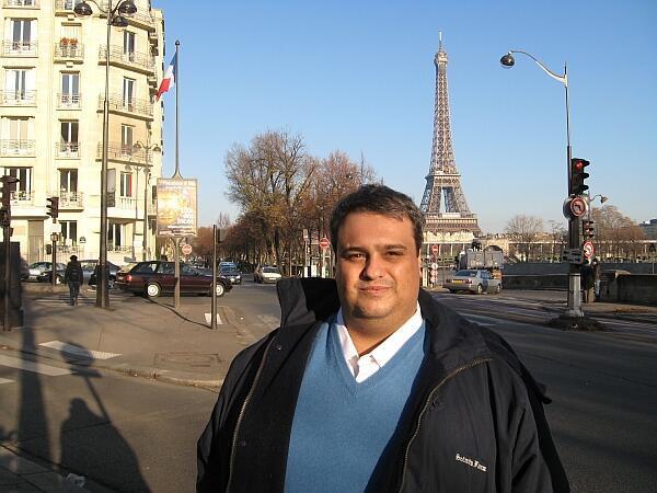 El ganador del Premio Internacional de Cuento Juan Rulfo 2010 fue invitado a París para recibir su galardón.
