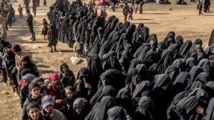 در شرق سوریه، هجوم بدون وقفۀ جهادگرایانی که خود را به نیروهای کُرد تسلیم میکنند از چند روز پیش آغاز شده است. برخی از این زنان، دختر بسیار جوانی هستند که در کشورهای اروپائی به اسلام گرویده و به جهادگرائی پیوستهاند.