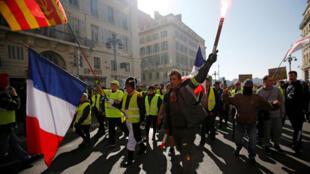 Des manifestants portant des «gilets jaunes» participent à une manifestation du mouvement des «gilets jaunes» à Marseille, le 23 février 2019.