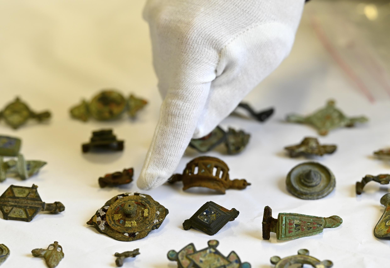 El coleccionista usaba un detector de metales en sitios arqueológicos.