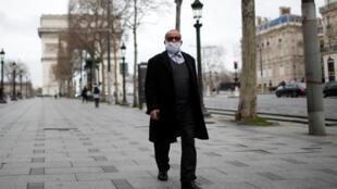 16 марта. Пока еще не запрещено просто гулять по улицам Парижа и наслаждаться его видами.