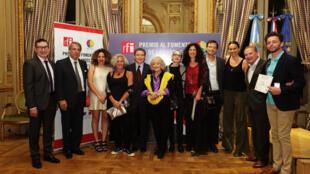 Los galardonados y los miembros del jurados con el embajador y su esposa.