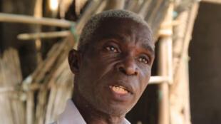 Depuis des années, Gbemoumou constate que la mer gagne du terrain sur sa maison (image de la vidéo de Nulle part où aller)