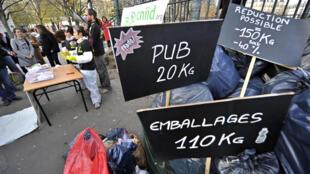 """Une manifestation Bouteilles en plastique, dosettes en aluminium, suremballages en carton: voilà autant de """"déchets évitables"""", selon le Cniid"""